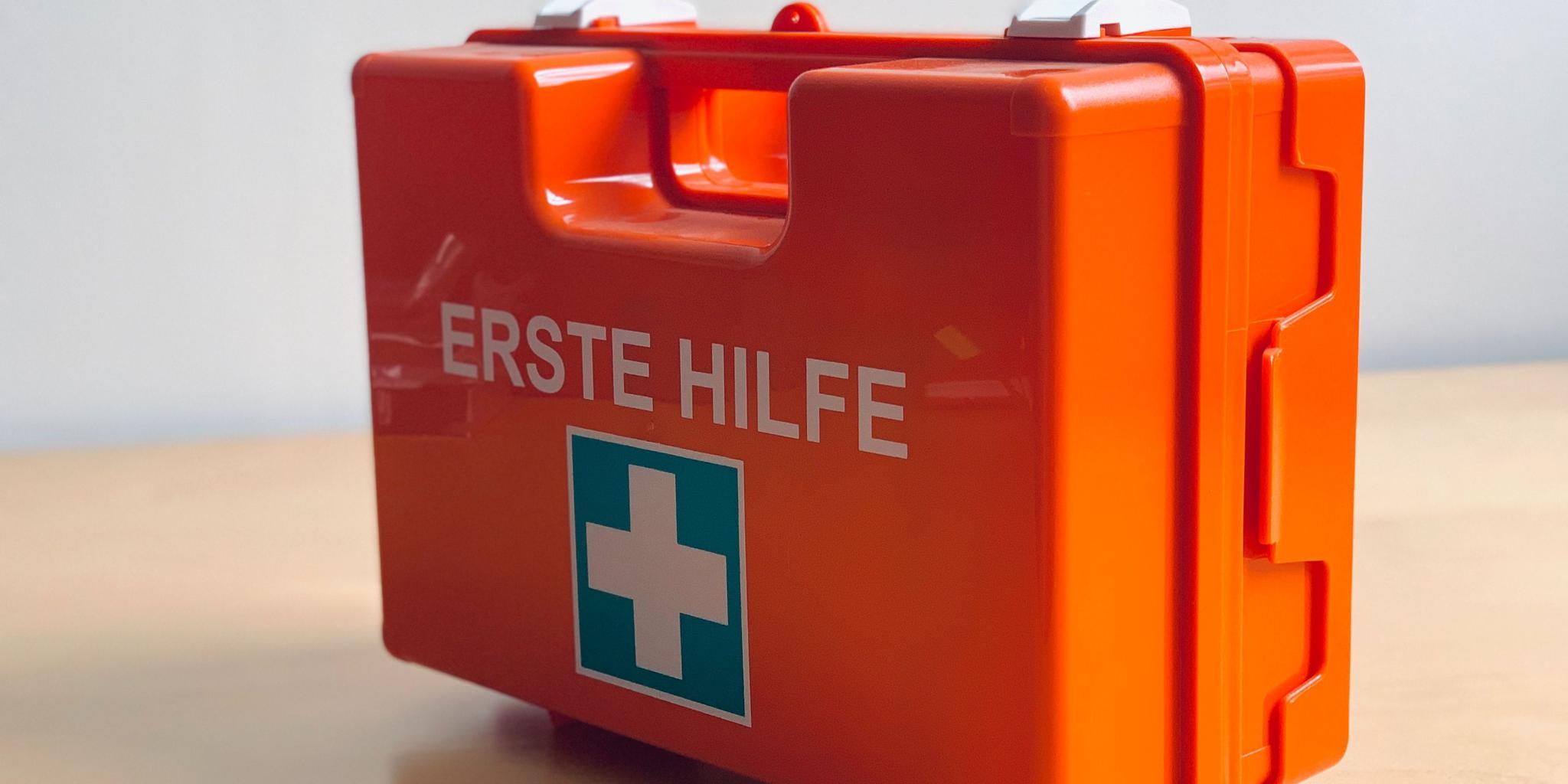 Bild eines orangenen Erste Hilfe Koffers
