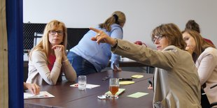 Frauen am Besprechungstisch bei einem Workshop