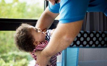 Vater spielt mit seiner Tochter