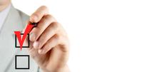 Hand macht Haken an transparenter Wand in Kästchen