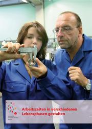 Titelbild älterer Beschäftigter und junge Auszubildene, beide in Bläumännern, messen ein Metallstück