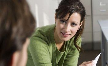 Frau ernsthaft Gespräch Beratung